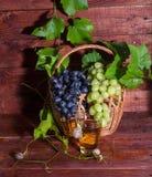 Jus de raisins dans un verre sur la table Images stock