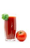 Jus de tomates dans un verre avec la feuille verte avec proche de tomate d'isolement sur le blanc Images stock