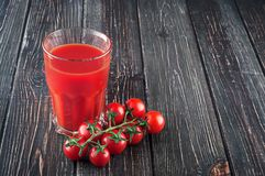 Jus de tomates et tomates-cerises Images libres de droits