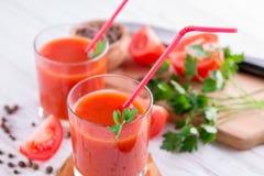 Jus de tomates  sur le fond blanc Images libres de droits