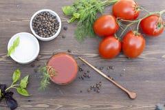 Jus de tomates, tomates, herbes et épices Images stock