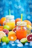 Jus de vitamine d'agrume avec des fruits frais autour Image stock