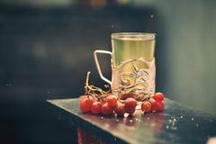 Jus en verre d'éléphant de raisin de thé photos stock
