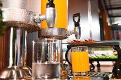 Jus et eau d'orange dans le refroidisseur d'eau Image stock