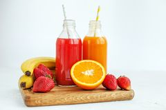 Jus et fruit mis en bouteille Le concept des boissons, nourriture biologique a image libre de droits