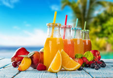 Jus frais avec la préparation de fruit sur la plage Image stock