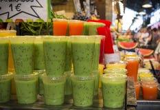 Jus frais de kiwi dans des tasses en plastique Photographie stock libre de droits