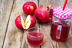 Jus naturel de grenade et de pommes rouges Photographie stock