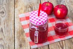 Jus naturel de grenade et de pommes rouges Photo stock