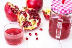 Jus naturel de grenade et de pommes rouges Images libres de droits