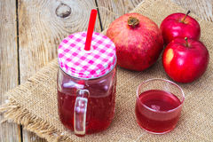 Jus naturel de grenade et de pommes rouges Photos libres de droits
