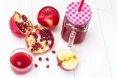 Jus naturel de grenade et de pommes rouges Images stock