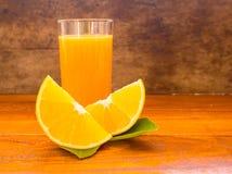 Jus orange, d'orange de jus, orange et d'orange sur le backgruond en bois Photographie stock libre de droits