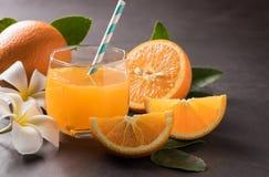 Jus orange et d'orange et orange coupée en tranches Image stock