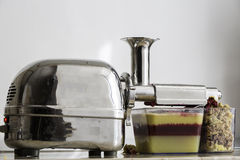 Jus organique frais montrant les couches des fruits et légumes et de la pulpe de surplus Photographie stock libre de droits