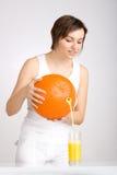 Jus pleuvant à torrents de fille d'orange géante Image libre de droits
