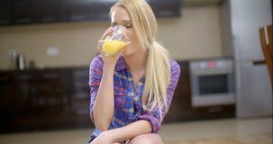Jus potable de femme assez blonde dans un verre banque de vidéos
