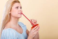 Jus potable de femme de fruit, pamplemousse rouge Image libre de droits