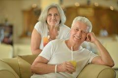Jus potable de vieux couples Photographie stock libre de droits