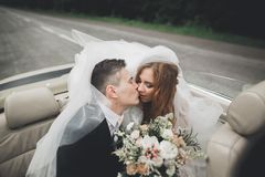 Just married couple in the luxury retro car on their wedding day.  Royalty Free Stock Photos