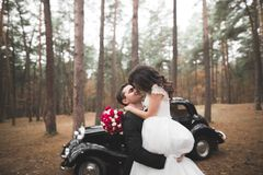 Just married couple in the luxury retro car on their wedding day.  Royalty Free Stock Photography