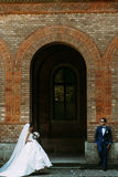 Just married couple next to the big arch. A Royalty Free Stock Photography