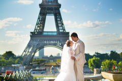 Just married couple in Paris near the Eiffel tower Royalty Free Stock Photos