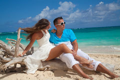 Just-married couple on tropical beach Royalty Free Stock Photos