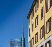 Justaposição de estilos de arquitetura velhos e novos em Milão, Lombardy, Itália Fotografia de Stock Royalty Free