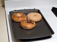 Juste bagels de cuisson photo stock