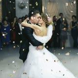 Juste baiser marié sous la fumée épaisse et la pluie des confettis photographie stock