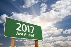 Juste en avant panneau routier 2017 vert contre des nuages Photographie stock libre de droits