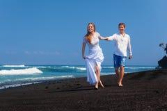 Juste famille heureuse mariée des vacances tropicales de lune de miel d'île images libres de droits