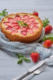 Juste gâteau au fromage fait maison cuit au four de fraise sur le fond gris décoré des fraises fraîches, feuille en bon état, tis Photographie stock libre de droits