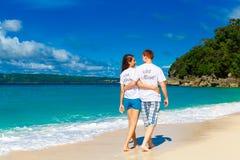 Juste jeunes couples affectueux heureux mariés ayant l'amusement sur le tropica Image libre de droits