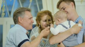 Juste le couple adulte marié embrasse leur petit-fils banque de vidéos