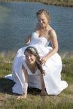 Juste le couple lesbien heureux marié dans la robe blanche a l'amusement près du SM Photo libre de droits