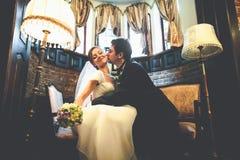 Juste le ménage marié se penche entre eux avec leur tenderl de visages Image stock