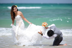 Juste les jeunes couples mariés heureux célébrant et ont l'amusement au beau Image libre de droits