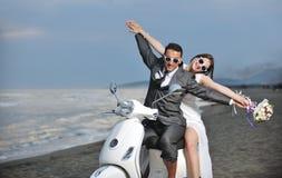 Juste les ménages mariés conduisent le scooter blanc Photo stock