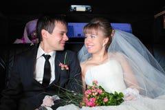 Juste ménages mariés dans la limousine Image stock