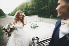 Juste ménages mariés dans la rétro voiture de luxe leur jour du mariage images libres de droits