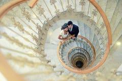 Juste ménages mariés dans un escalier en spirale Photos libres de droits