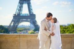 Juste ménages mariés heureux à Paris Photo stock