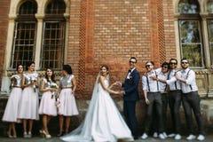 Juste ménages mariés joyeux avec les amis élégants Photo stock