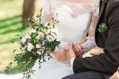 Juste ménages mariés jugeant des mains en gros plan Photo libre de droits