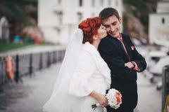 Juste ménages mariés marchant dans la petite crique Photo libre de droits