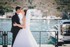 Juste ménages mariés marchant dans la petite crique Images libres de droits