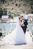 Juste ménages mariés marchant dans la petite crique Images stock