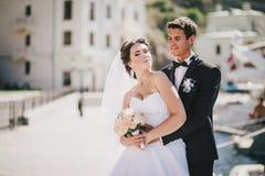 Juste ménages mariés marchant dans la petite crique Image stock